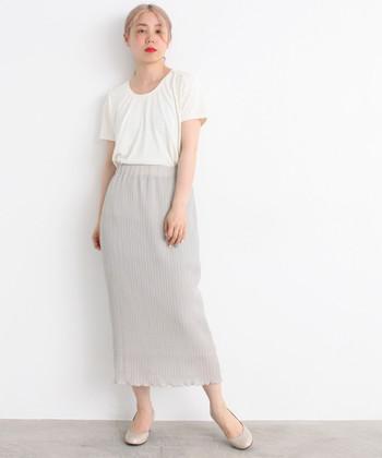 Uネックの白Tシャツに、グレージュ系カラーのタイトスカートを合わせた着こなしです。足元はスカートと同系色のパンプスをチョイスして、ナチュラルカラーでまとめています。シンプルかつ清楚なスカートで、女性らしいコーディネートに♪