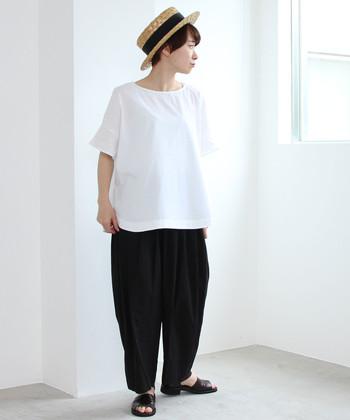白のワイドシルエットTシャツに、黒のゆったりパンツを合わせたゆるコーデ。あえてタックインしないラフなスタイリングで、ナチュラルなモノトーンコーデに仕上げています。