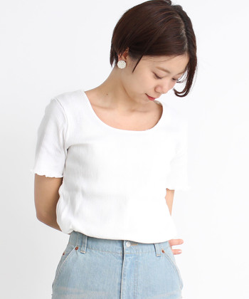 ボトムスや羽織など、どんなアイテムと合わせてもしっかり馴染んでナチュラルに見せてくれる白Tシャツ。  今回はそんな万能アイテム・白Tシャツを使った、素敵なコーディネートを、着こなしのポイントと併せてご紹介します。