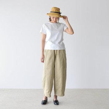 シンプルな白Tシャツに、ベージュのワイドパンツを合わせたナチュラルな着こなしです。デザイン性のあるナチュラルハットと黒のシューズを合わせて、楽ちんおうちスタイルをお出かけコーデに格上げしています。