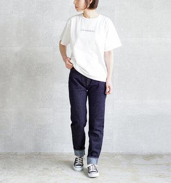 シンプルな白のプリントTシャツに、デニムパンツを合わせたベーシックなコーディネートです。黒のスニーカーを合わせて、とことんカジュアルにまとめています。アクセサリーやヘアアレンジで、女性らしさをプラスしてもいいですね。