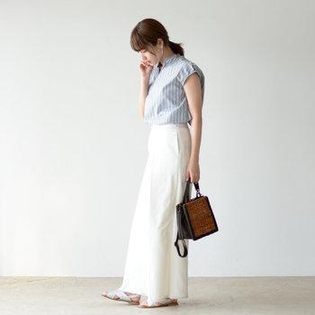 フレンチスリーブのシャツブラウスは、きちんと感を出したい日のコーディネートにもぴったりなアイテム。白のワイドパンツにタックインして、スタイリッシュにまとめています。パンツと同系色のサンダルで、統一感もプラス。