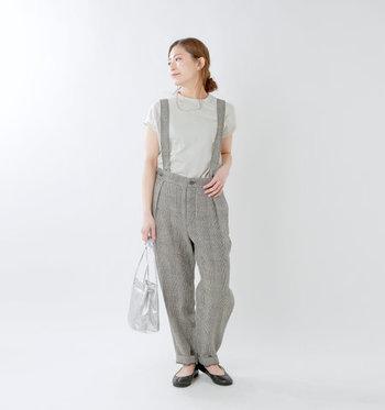 グレー系のフレンチスリーブTシャツに、チェック柄のサスペンダー付きパンツをスタイリング。同系色でまとめているので、チェック柄もカジュアルになり過ぎません。シルバーのバッグで、アクセントをプラスしているのがポイントです。