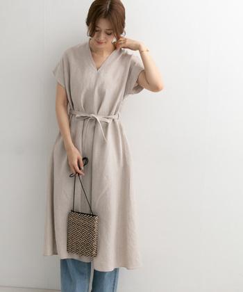 リネン素材のVネックワンピースは、フレンチスリーブで上品に着こなせるアイテム。一枚で着ても素敵ですが、あえてデニムを合わせたカジュアルダウンスタイルで、デイリーコーデに落とし込んでいます。