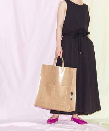 夏らしいPVC素材で作ったビッグトートバッグは、お買い物やレジャーなど様々な場面で活躍してくれるアイテム。軽くて大容量なので、サブバッグ用に持ち歩いても◎