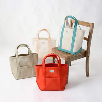シンプルなデザインとカラーリングで、様々なテイストに合わせられるミニトートバッグ。丈夫なキャンバス素材で作られているので、アウトドアやピクニックなどのアウトドアにもぴったりです。