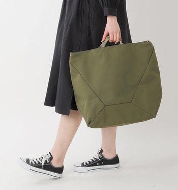 メンズライクでスマートなデザインの大きめトートバッグは、ショルダーバッグとしても使える2way仕様のアイテムです。ショルダー部分がシートベルト素材で作られていて、使用しない時は内側に収納できる仕組みになっています。