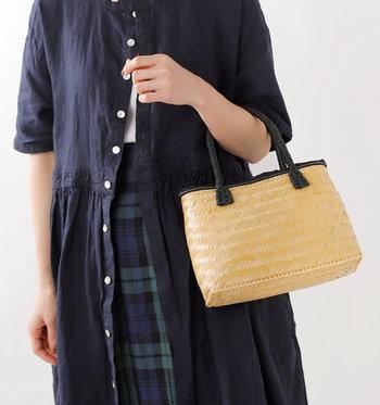 バンブー素材を丁寧に編み込んだ、ナチュラルなトートバッグです。ハンドル部分は黒なので、大人っぽいコーデに合わせてもしっかり馴染みます。いつものコーディネートにプラスすれば、季節感がグッと高まります。