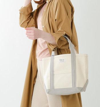 デイリーバッグとしてはもちろん、サブバッグとしても大活躍のトートバッグ。どんなシーンにも使えて使い勝手のいいトートバッグは、一つは持っておきたいアイテムです。  そこで今回は、大人が毎日持ちたくなるような、上品で落ち着いたデザインのトートバッグをご紹介します。カジュアルコーデにはもちろん、きれいめなコーディネートにもしっくり馴染む、使い勝手抜群の大人顔トートを早速チェックしてみましょう。