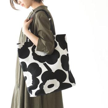 """「marimekko(マリメッコ)」の、人気テキスタイル""""Unikko(ウニッコ)""""を大胆にデザインした大きめトートバッグです。印象的な花柄も、モノトーンカラーを選べば大人っぽく上品にコーディネートできます。"""