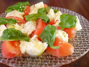 国産トマトと、日替わりモッツァレラチーズを使ったカプレーゼは、人気メニューのひとつ。シンプルながらチーズのおいしさが際立つカプレーゼ。いつも食べてるモッツァレラチーズとは、一味違ったおいしさです。