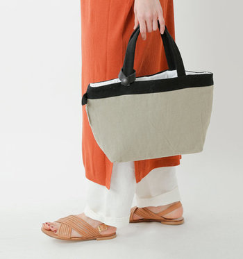 デッドストックのイタリアンリネンシーツを、リメイクして作ったトートバッグです。内側はふかふかしたキルティング素材になっているので、バッグの中身をしっかり保護する役目も。