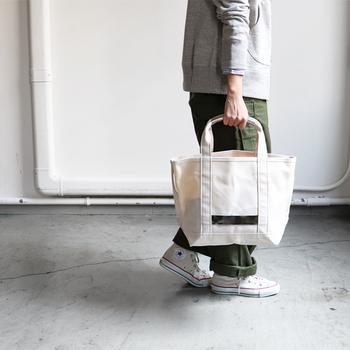 キャンバス地のトートバッグに、さりげなくメタリックな箔素材を取り入れたアイテムです。特殊なワックス加工が施されているので、通常のキャンバス地よりも撥水性や強度が優れています。