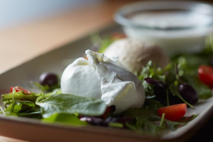 食べ比べができる盛り合わせプレートは是非食べておきたい一皿!水牛モッツァレラならではの、弾力のある食感とジューシーさを存分に楽しめます。