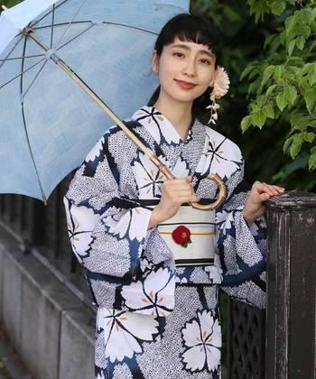 とはいえ、浴衣を含む着物は、元々日本人が暮らす中で着ていた物。洋服を着ている時との違いなど注意する点や、和装の時に覚えておくと便利なポイントを押さえておきましょう。