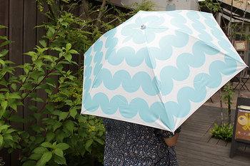 持ち歩くのが楽しくなる、北欧デザインの晴雨兼用傘。korko(コルコ)には、「傘にのせて心地よい日常を送ることができますように」というデザイナーたちの願いが込められています。