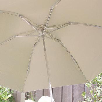UVカット99%以上、UPF50+で、遮光率95%~99%以上、遮熱効果もあり、まるで木陰にいるかのような涼しさ。真夏や紫外線の強い日中のおでかけ時におすすめです。