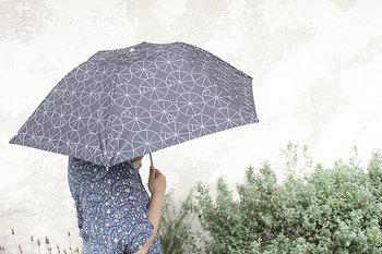 重さは約180gで、スマートフォンと同じくらいの軽さ。シーズン中はずっと持ち歩きたい日傘ですから、携帯するのに負担にならない重さがうれしいですね。