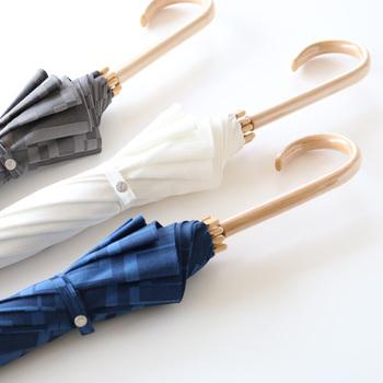 持ち手は明るめの色の籐製で、なめらかな曲線が美しくスマート。持つ人を上品に、スタイリッシュに見せてくれます。カラーバリエーションは、どんな服にもマッチするグレー、ホワイト、ネイビーの3色。