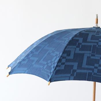国産の老舗洋傘メーカーの槙田商店(まきたしょうてん)晴雨兼用傘。大きな模様を立体的に織る「ジャカード織り」により生まれる高いデザイン性が特徴です。