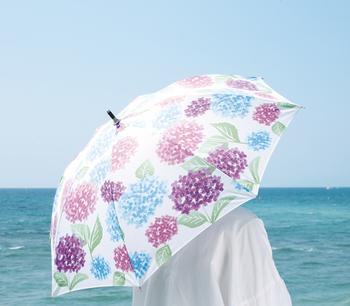 キュートな絵柄で人気のてぬぐい専門店「nugoo(ぬぐう)」の晴雨兼用日傘。傘一面にアジサイが描かれた涼しげな日傘は、うだるような暑い日でも清涼感を演出してくれます。