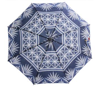 ガラスの表面にカットを施すことで模様を作り出す、伝統工芸の「江戸切子」。江戸時代から受け継がれる粋で涼しげなデザインが日傘になりました。