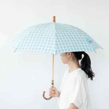 日本の長い歴史の中で生まれた手仕事に現代的なデザインを取り入れ、日常の暮らしの中で気軽に使えるカタチにする「ponpindo(ポンピン堂)」。そんなポンピン堂の晴雨兼用傘は、東京の高級洋傘職人との協働で作り上げた、特別な一本です。