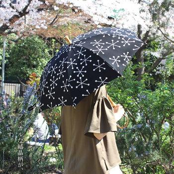 雪の結晶をモチーフにした涼しげな結晶柄のデザインが印象的。シンプルながら目を惹く大人かわいい日傘です。