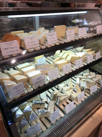 北海道の30以上の工房から取り寄せ、常時50種類以上ものチーズが並んでいます。ずらりと並ぶチーズの中から、ホームパーティーやワインのおつまみに、自分好みをチーズを選ぶのは楽しそうですね。