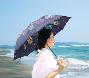 気持ちの良い晴天の日も、急な雨の時も、パッと開くだけで気持ちが明るくなる晴雨兼用傘。持って出かけると、お出かけがいつもより楽しくなりそうですね。