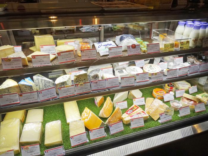 フランス、イタリア、イギリス、スイス、など…、ヨーロッパ各地のチーズの種類が豊富で、選ぶのもとても楽しいですよ。