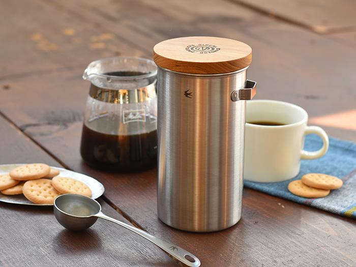 新潟県燕市にある、老舗の金属メーカーが手掛けている「TSUBAMEシリーズ」のコーヒーキャニスターです。ステンレス製の本体に木製の蓋が付属していて、無骨ながらも繊細な印象を与えてくれます。キッチンカウンターの上などに、置いておくだけでもサマになりますね♪