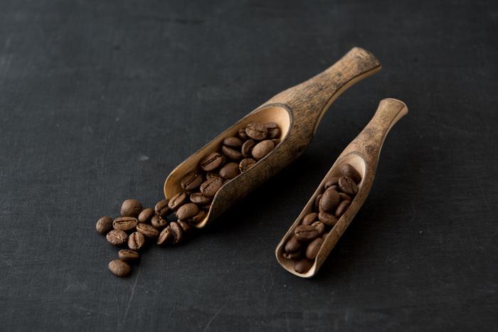 木を彫る工程まではラオスで行われ、その後の工程を日本の工場で手掛けているシリーズ「ラオスのカトラリー」。ケームというラオスに自生する気を使用して、木の皮が付いたままのデザインに仕上げているナチュラルスコップ。用途は様々ですが、コーヒー用として使えば、見た目の相性は抜群です。