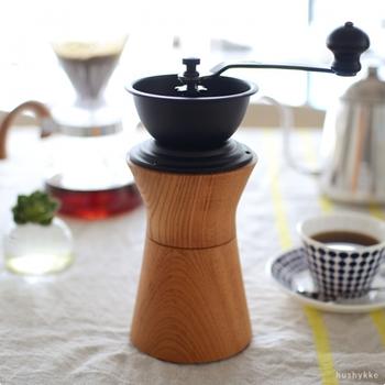 老舗コーヒー機器メーカーの「カリタ社」と「MokuNeji(モクネジ)」が一緒に作り上げたコーヒーミルは、木目と鉄素材のコントラストがきれいなスタイリッシュデザイン。そのままキッチンに出しっぱなしにしても、映える美しさが魅力です。