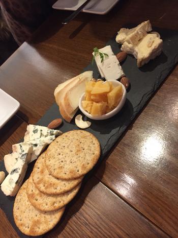 パンにそえたり、ビスケットに乗せたり、ワインのおつまみにしたり、美味しいチーズがたくさんそろっています。