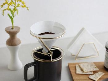 シンプルなデザインと作りのコーヒードリッパーは、コーヒーサーバーだけでなくマグカップに直接乗せてコーヒーを淹れることもできます。ステンレス製なので軽くて丈夫。さらにお手入れのしやすさも魅力の一つです。