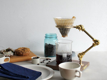 実験器具のようなレトロ感のある見た目が、キッチンにあるだけで映えるコーヒースタンド&ガラスドリッパーです。ウォールナットの木目塗装が美しい台と、組み立て式のアームがコーヒータイムを優雅に彩ってくれそう。
