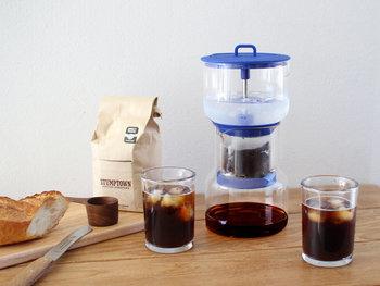 ガラスと青のカラーリングが爽やかなこちらのアイテムは、水出し専用のコーヒードリッパーです。1滴ずつゆっくりと抽出するスロードリップ式なので、就寝前などにセットしておけば、朝には美味しい水出しコーヒーが楽しめます。