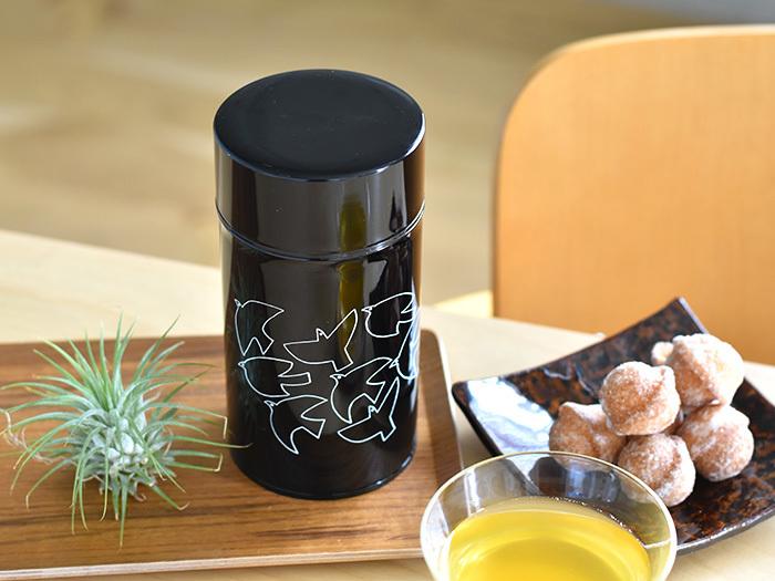 イラストレーターの松尾ミユキさんが、創業110年の老舗工場・加藤製作所のコーヒー缶にステキなイラストを施したアイテムです。黒ベースの缶に描かれた白の鳥達は、モノトーンでクールな印象ながらもどこかほっとする柔らかさに溢れています。