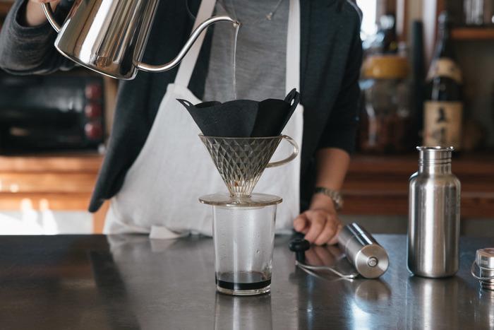 自分のためだけにコーヒーを淹れて、ゆっくりと楽しむ時間。とても贅沢で癒されるひとときですよね。コーヒーを淹れる道具は扱いやすいものを選びたいという方も多いですが、機能性だけでなく見た目もおしゃれなグッズを選べば、もっと特別な時間を過ごすことができますよ。  いつものコーヒータイムがもっと豊かになる、洗練されたデザインのコーヒーグッズをご紹介します。