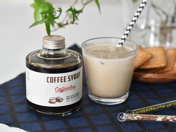 コーヒーをドリップするのも面倒な時には、コーヒーシロップで作るカフェオレを味わいましょう。99.9%カフェインを除いた豆で作っているので、妊婦さんにもおすすめです。パンケーキやアイスにかけて、スイーツ用のシロップとして活用しても◎