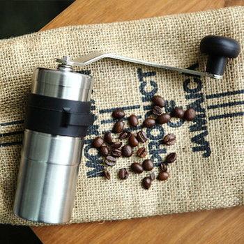 「PORLEX(ポーレックス)」のコーヒーミルは、コーヒー豆を挽くために最適に設計されたセラミック製の刃で、錆や摩耗もしにくく安心して長く愛用することができます。約2人分のコーヒー豆を挽くことができるミニサイズと、3人分対応のトールサイズから選べるのも嬉しいですね。