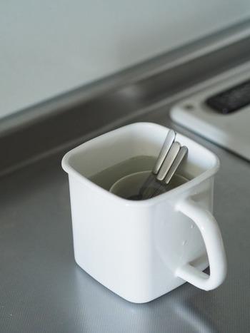 さらに、茶渋がよくつく白いマグカップとくすみが気になるコーヒースプーンもつけ置き漂白。 お湯に少量の「酸素系漂白剤」を溶かし、1時間程度付け置きするだけで…