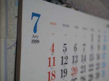実用的なギフトは、やはり喜ばれるもの。そういったポイントから考えると、「カレンダー」は、まず邪魔になることがない、ハズレなしのアイテム。  最近は、撮影した写真を自由に差し込める「オリジナルカレンダー」を気軽にオーダーできるサービスも多いですが、それは写真上級者さん向けかもしれません。大きな写真をドーンと乗せるデザインだと、カメラの腕前に自信がない場合、仕上がりのクオリティが気になるところですよね。