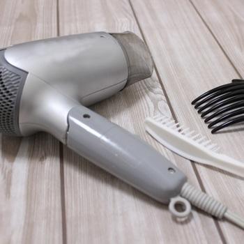 ドライヤーの熱から髪を守ってくれるから、タオルドライした髪につけるのがおすすめ。ヘアオイルをつけてからドライヤーで乾かせば、サラサラな触り心地になって、寝ている間にべたつくこともありません。 また、朝のスタイリングの時など、乾いた髪でも使うことができるのがヘアオイルの特徴。髪が広がってまとまらないときに、全体を落ち着かせてくれます。