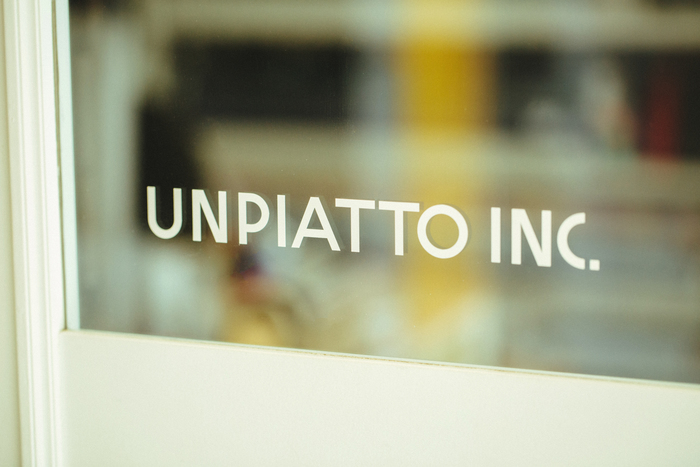 鈴木さんの事務所「有限会社UNPIATTO(ウンピアット)」。イタリア語で「皿」という意味をもつ。ちなみにブランド名である「OTTAIPNU」はこれを反対にした造語。、偶然にも、文字の並びが北欧の雰囲気をもっているため、よく北欧の言葉と間違えられるのだそう
