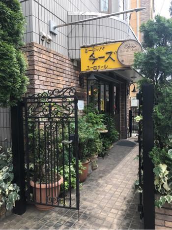 ヨーロッパチーズの専門店「EURO ART(ユーロアール)」。ぱっと目に飛び込む黄色い看板が目印です。