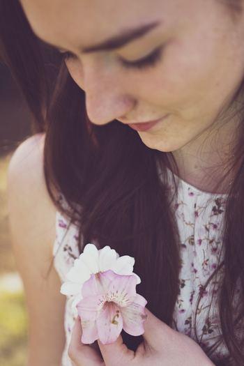 日本は世界のなかで最も多種多様な花が、卸売りされていると言われます。高い花や植物は必要ないので、「これが好き」と直感で感じたお花や植物をお部屋に飾ってみてください。心や気分がふっと軽くなりますよ。