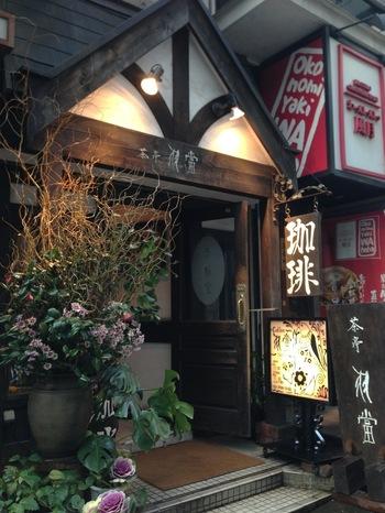 渋谷駅東口から徒歩3分。宮益坂の裏にひっそりと店を構える茶亭 羽當。カフェや喫茶店の多い渋谷で、長年変わらず人気を集めるお店です。