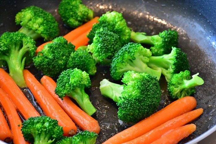 疲れ目におすすめなのがビタミンA、C、E、B群を含む緑黄色野菜。にんじん、ブロッコリー、かぼちゃ、トマトなど。たんぱく質なら、牛肉、まぐろなどです。アーモンドのようなナッツ類もおすすめです。